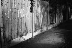 Hintere Gasse mit Graffiti auf Zaun Stockbild