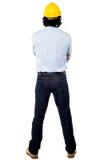 Hintere Haltung eines tragenden Schutzhelms des Ingenieurs Stockfoto