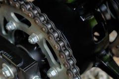 Hintere Kette und Kettenrad des Motorrades Lizenzfreies Stockbild