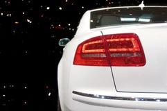 Hintere Lampe des weißen Autos stockbild