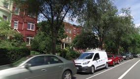 Hintere Profil-Ansicht von typischen Wohnheimen auf dem Capitol Hill stock video footage