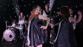 Hintere Sänger der Frau mit einem Band auf Stadium stock video footage