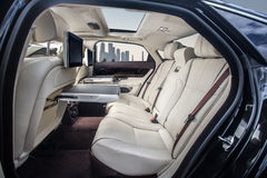 Hintere Sitze des Luxusautos Stockbilder