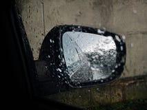 Hintere Spiegelansicht - betroffene Sicht des Regens stockfotografie
