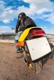 Hintere, Weitwinkelansicht am klaren leeren Kfz-Kennzeichen des Fahrrades, Reiter, der auf Motorrad sitzt Lizenzfreie Stockfotos