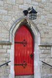 Hintereingang der Kirche in einer roten Tür stockbilder