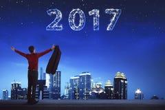 Hinterer AnsichtGeschäftsmann, der 2017 auf dem Himmel schaut Lizenzfreies Stockfoto