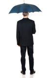 Hinterer Ansichtgeschäftsmann in voller Länge mit Regenschirm Stockbilder