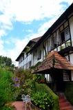 Hinterer Ausgangseingang zum im Garten zu arbeiten und Sitzbereich des Kolonialräucherhaus-Hotels Cameron Highlands Malaysia bung Stockbilder