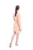 Hinterer Blick der Frau bei der Sommerkleider- und -fersenaufstellung Lizenzfreies Stockfoto