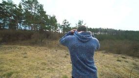 Hinterer Blick des Mannes gehend auf den Wald-` s Rasen stock video