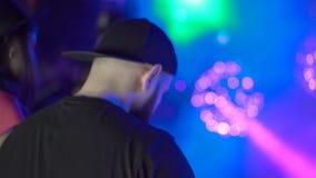 Hinterer Blick von bärtigem DJ im Nachtclub 4K stock footage