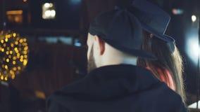Hinterer Blick von DJs im Nachtclub 4K stock video