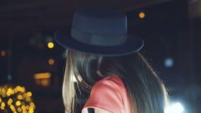 Hinterer Blick von weiblichem DJ im Nachtclub 4K stock video