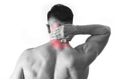 Hinterer junger muskulöser Sportmann, der den wunden Hals sich berührt hält, Zervikalbereich massierend Stockfotos