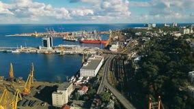 Hinterer Seehafen und Stadtzentrum in Odessa Ukraine Osteuropa Luftbrummenvideoaufnahmen Seehafenkran industriell stock video