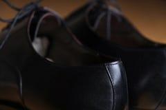 Hinteres Ansichtdetail eines Paares klassischer schwarzer Lederschuhe stockfotografie