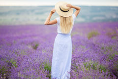 Hinteres Ansichtmädchen auf dem purpurroten Lavendelfeld, Sommerzeit Lizenzfreies Stockbild