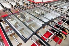Hinteres Autoglas auf der Fabriklinie Stockbild