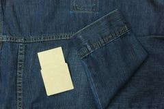 Hinteres blaues Baumwollstoffhemd und -ärmel mit Empty tag für Hintergrund Stockfotos