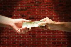Hinteres Gassenabkommen, das mit Bargeld zahlt Stockfotografie