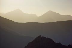 Hintergrund überlagerte Berge bei Sonnenuntergang Stockbild