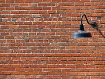 Hintergrund-Abbildung der Lampe auf der Backsteinmauer Stockbilder