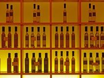 Hintergrund-Abbildung von Rasterfeldern u. von Flaschen Stockbilder