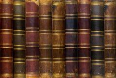 Hintergrund: alte Bücher auf einem Regal Stockfotografie
