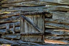 Hintergrund, alte Blockhaus-Wand mit Tür Stockbilder