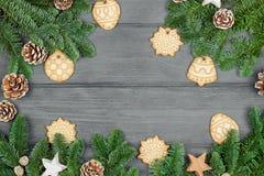 Hintergrund beleuchtete Girlande der farbigen Glühlampen Weihnachtszusammensetzung mit Plätzchen Raum FO Lizenzfreies Stockbild