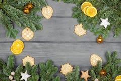 Hintergrund beleuchtete Girlande der farbigen Glühlampen Weihnachtszusammensetzung mit Plätzchen und Orang-Utan Lizenzfreies Stockbild