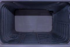Hintergrund, Beschaffenheit des alten leeren Faches des Kühlschranks lizenzfreies stockbild