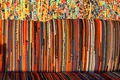 Hintergrund, Beschaffenheit des farbigen handgemachten Teppichs Gewebewolldecke von kleinen Flecken Stockbild