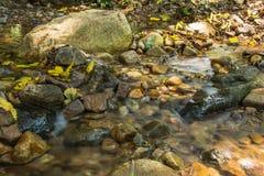 Hintergrund-Bild von Wasserströmen durch felsigen Weg eines Stromes Lizenzfreies Stockfoto