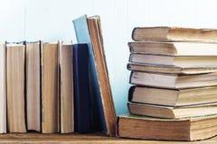 Hintergrund der alten Bücher Stockfotos