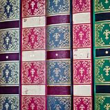 Hintergrund der alten Bücher Reihe der alten Bücher Stockfotografie