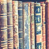 Hintergrund der alten Bücher Stapel Bücher in Folge Lizenzfreie Stockbilder