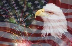 Hintergrund der amerikanischen Flagge mit Eagle und Feuerwerken Stockfotografie