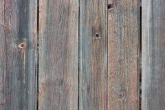 Hintergrund in der Art ein rustikales von den alten zackigen hölzernen unbemalten Brettern Stockbilder