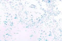 Hintergrund der Blasen im Wasser in den blauen und violetten Tönen Stockfotografie