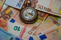 Hintergrund der Eurorechnungen Zeit im Geld Lizenzfreie Stockfotos