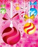 Hintergrund der frohen Weihnachten mit Tannenzweigen und den Farbvollen Bällen mit Dekorationen auf dem rosa Hintergrund Stockbild
