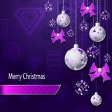 Hintergrund der frohen Weihnachten mit Weihnachtsbällen und -bögen im lila silbernen Rosa Lizenzfreies Stockbild