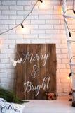 Hintergrund der frohen Weihnachten und der Backsteinmauer des neuen Jahres weißer Dekor Dachbodenart lizenzfreie stockfotografie
