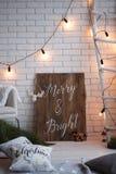 Hintergrund der frohen Weihnachten und der Backsteinmauer des neuen Jahres weißer Dekor Dachbodenart stockfoto