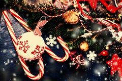 Hintergrund der frohen Weihnachten und des guten Rutsch ins Neue Jahr mit festlichem Dekor Lizenzfreie Stockfotos