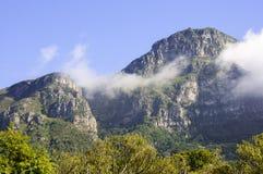 Hintergrund der Gebirgslandschaft und des blauen Himmels Lizenzfreie Stockfotografie