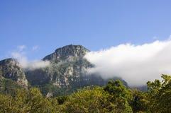 Hintergrund der Gebirgslandschaft und des blauen Himmels Stockfotografie