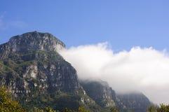 Hintergrund der Gebirgslandschaft und des blauen Himmels Stockbilder